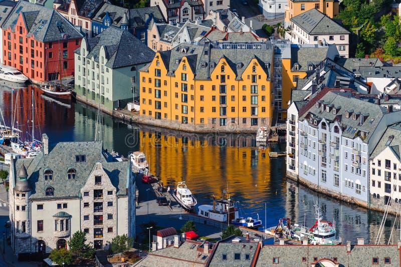 Hölzerne Würfel kombiniert in Form von Aufbauten Szenisches Alesund norwegen lizenzfreies stockbild