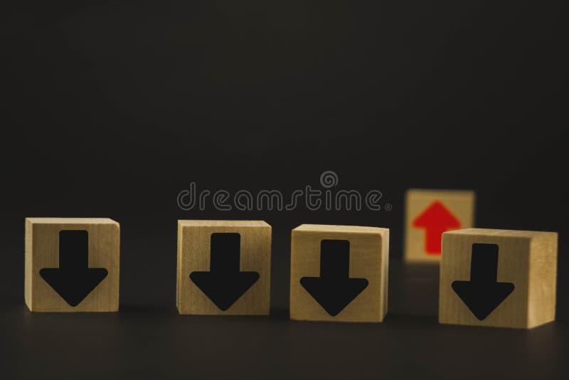 Hölzerne Würfel sind auf dem Tisch rote und schwarze, rote Durchschnitte Wachstum und Entwicklung, und schwarzer Pfeil bedeutet F stockbilder