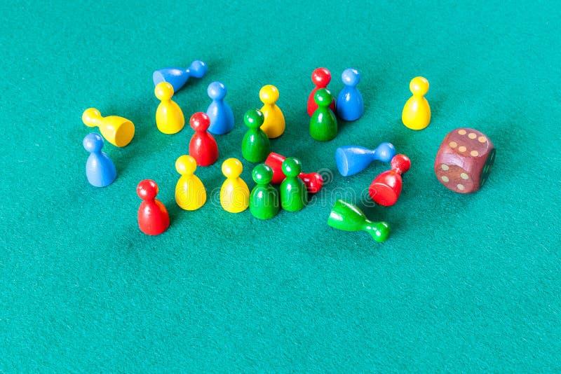 Hölzerne Würfel und mehrfarbige Brettspielpfand stockbilder