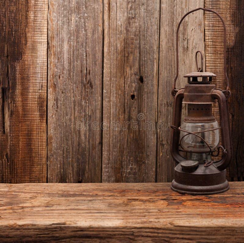 Hölzerne Wand der Retro- Scheune der Lampenpetroleumlaterne lizenzfreie stockbilder