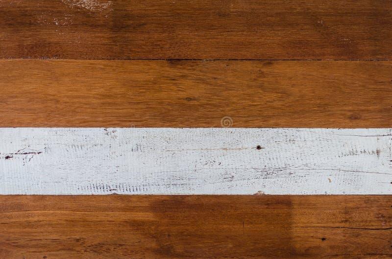Hölzerne Wand mit weißem und braunem Farbmuster als Hintergrund stockfotografie