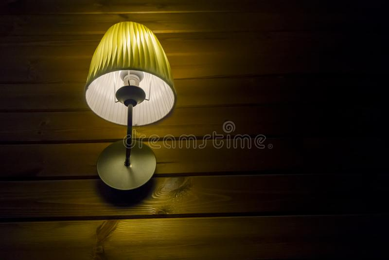 Hölzerne Wand unter dem Lampenlicht nachts lizenzfreies stockbild