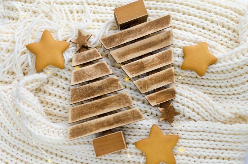 Hölzerne Weihnachtsbäume mit Weihnachtslichtern, Lebkuchen und Kegeln lizenzfreie stockbilder