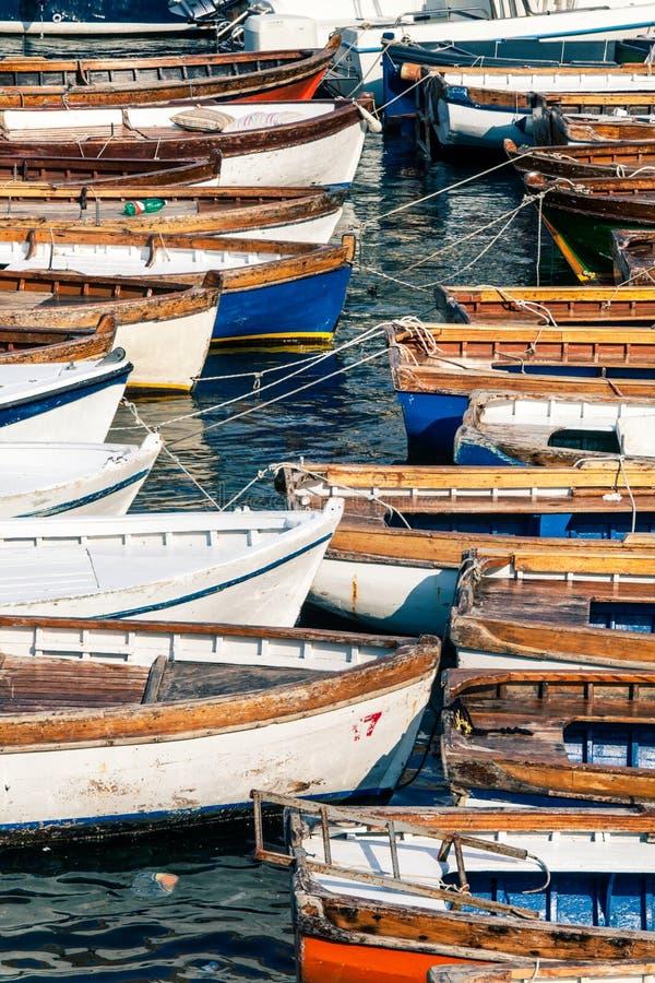Hölzerne Weinleseboote Unzählige Fischerboote stockbilder