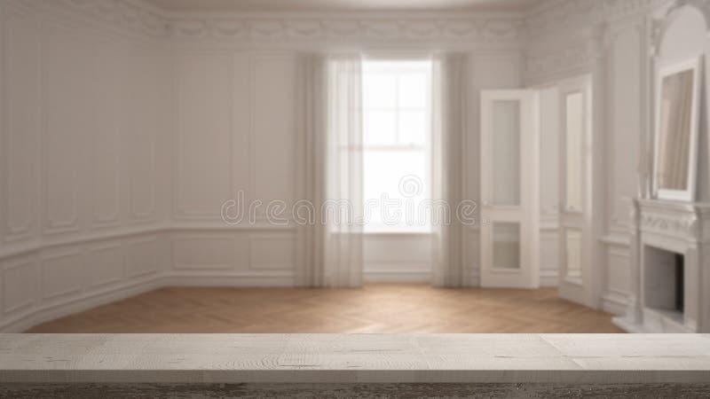 Hölzerne Weinlesetischplatte oder Regalnahaufnahme, Zenstimmung, über unscharfem klassischem leerem Raum mit großem Fenster mit K lizenzfreies stockbild