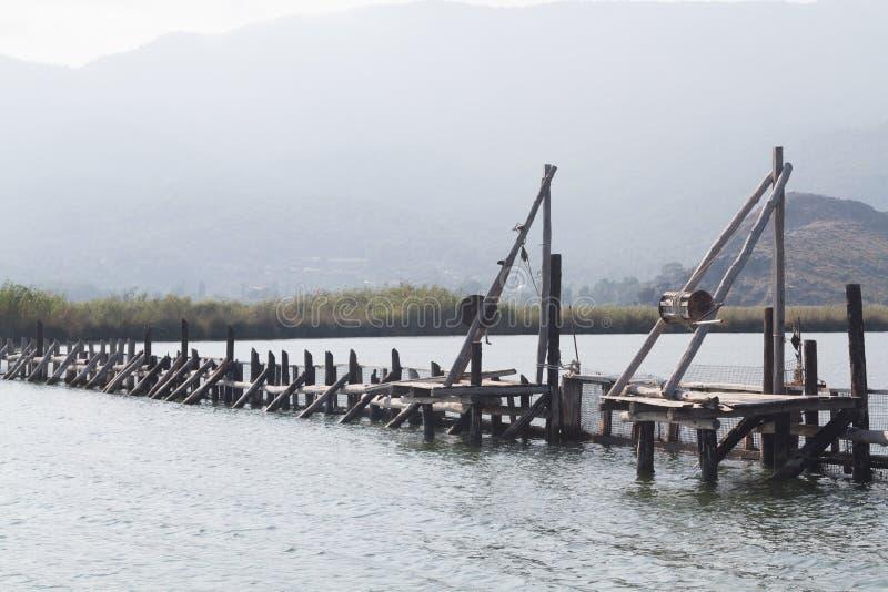 Hölzerne Weise der Fischfarm stockbilder
