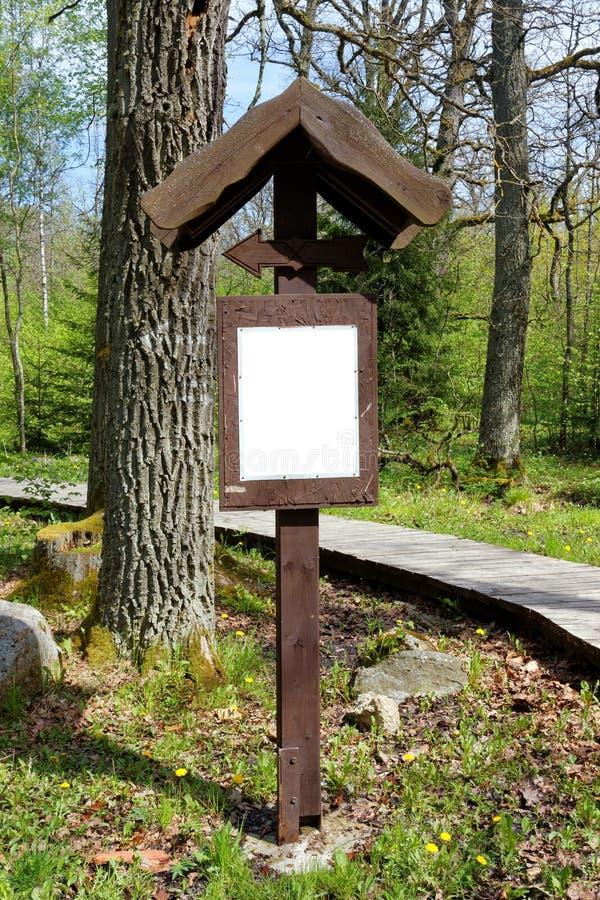 Hölzerne Weise im Wald stockfoto