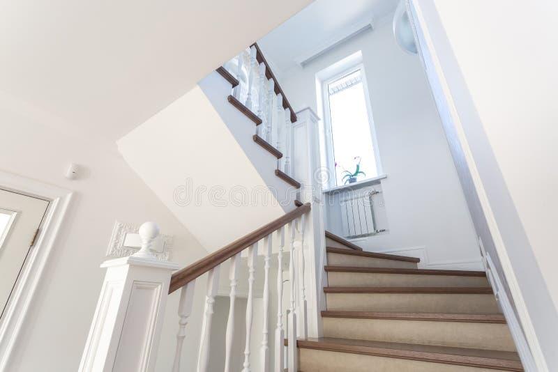 Hölzerne Wendeltreppe im hellen Innenraum im Ferienhaus lizenzfreies stockfoto
