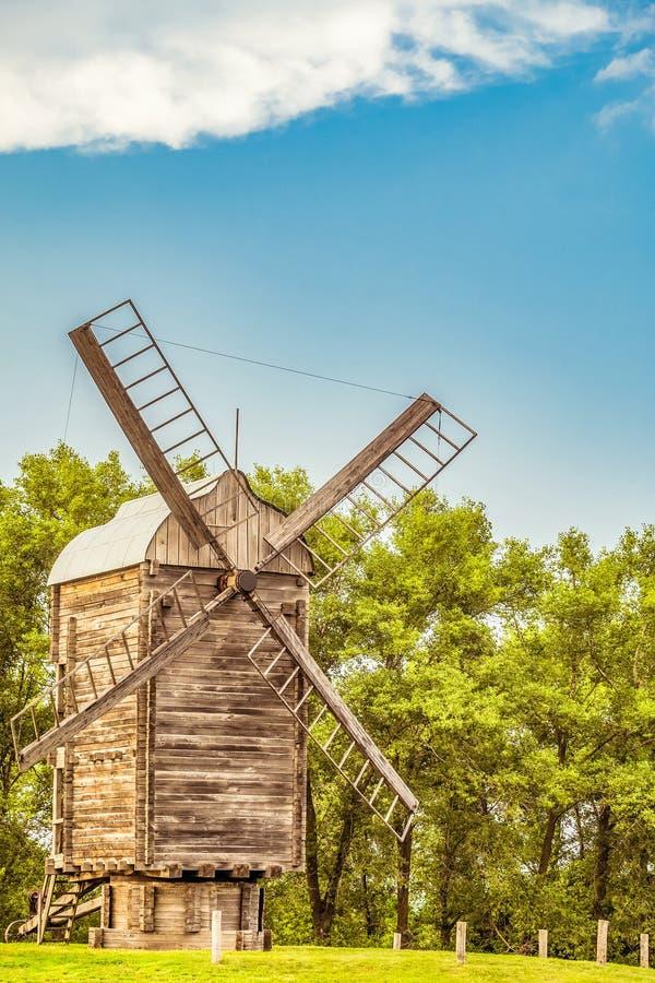 Hölzerne Windmühle Ländliche Szene des Sommers stockfotografie