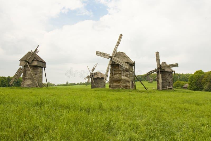 Hölzerne Windmühlen lizenzfreie stockfotografie