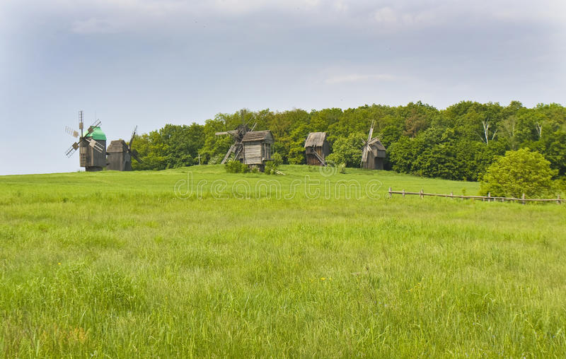 Hölzerne Windmühlen lizenzfreies stockfoto