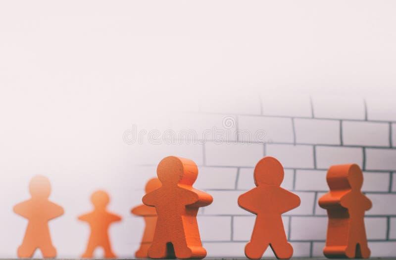 Hölzerne Zahlen mit einer vorgeschlagenen Wand auf den Themawänden im Verstand von Leuten lizenzfreies stockfoto