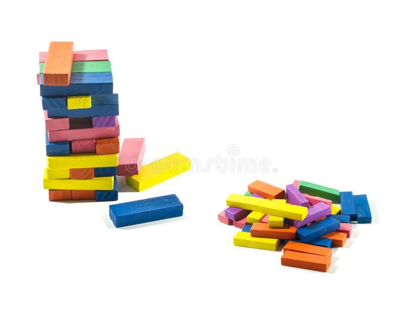 Hölzerne Ziegelsteine ein Kinderspiel auf lokalisiertem weißem Hintergrund lizenzfreie stockfotografie