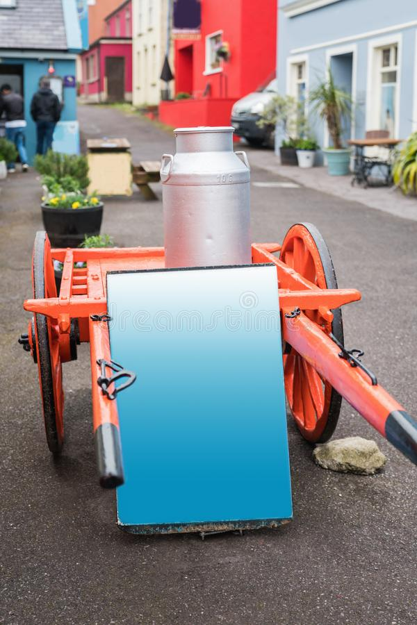 Hölzerne zwei Räder bewirtschaften Lastwagen mit Aluminiumdose und Hort in der Dinglestadtstraße lizenzfreies stockbild