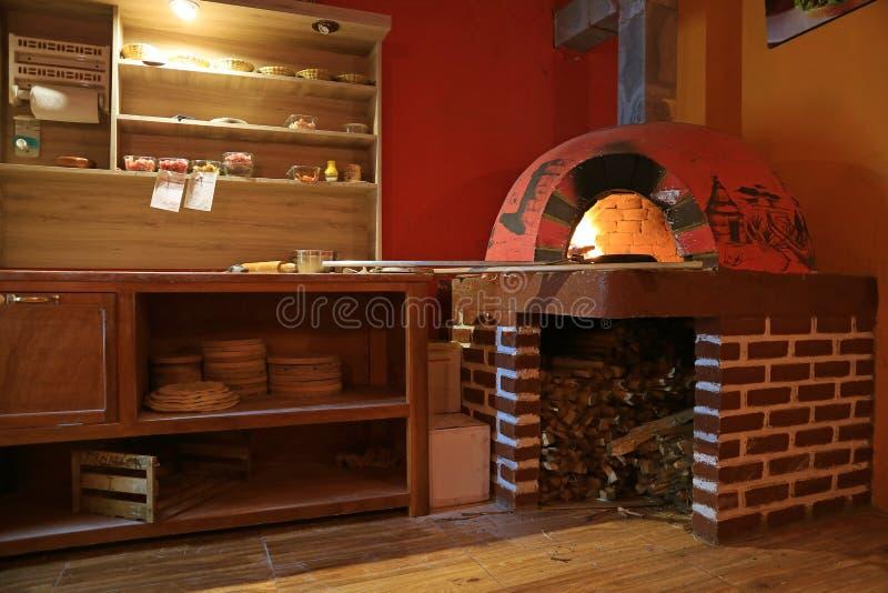 Hölzerner abgefeuerter Ziegelstein-Ofen für das Kochen der Pizza, Peru, Südamerika lizenzfreie stockfotografie
