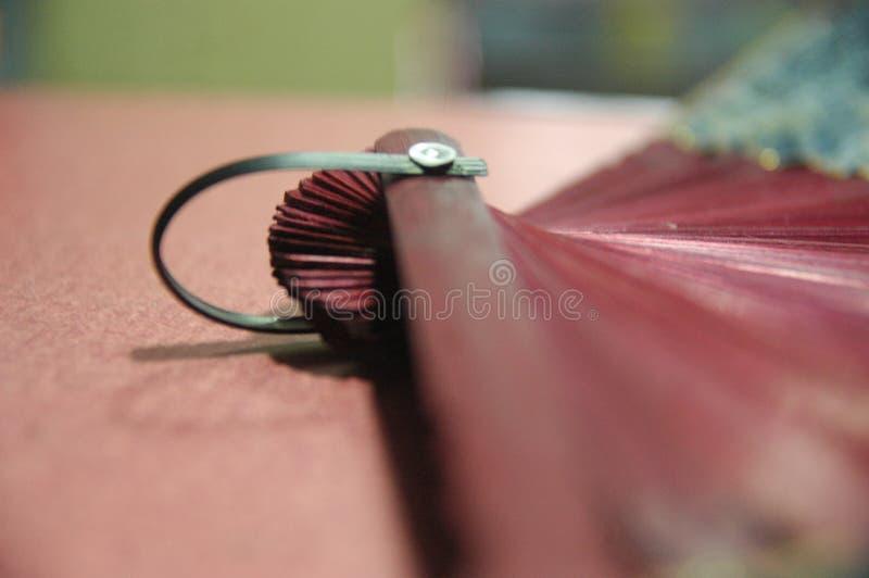 Hölzerner Abschluss des Frauenhandfans rote Farboben stockbilder