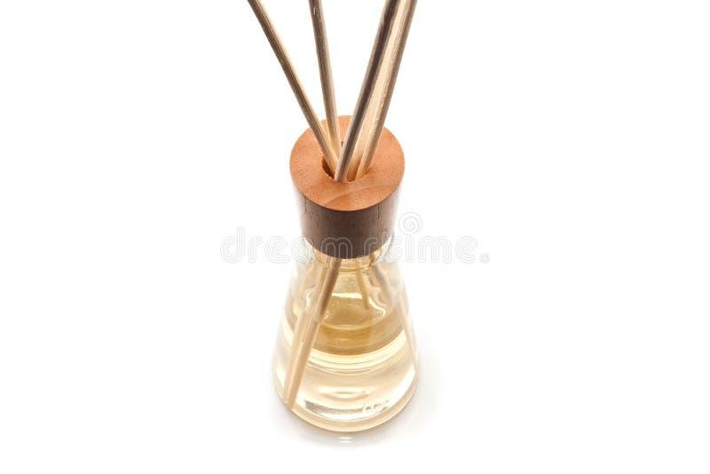 Hölzerner Aromabadekurort haftet in der Flasche, lokalisiert auf Weiß