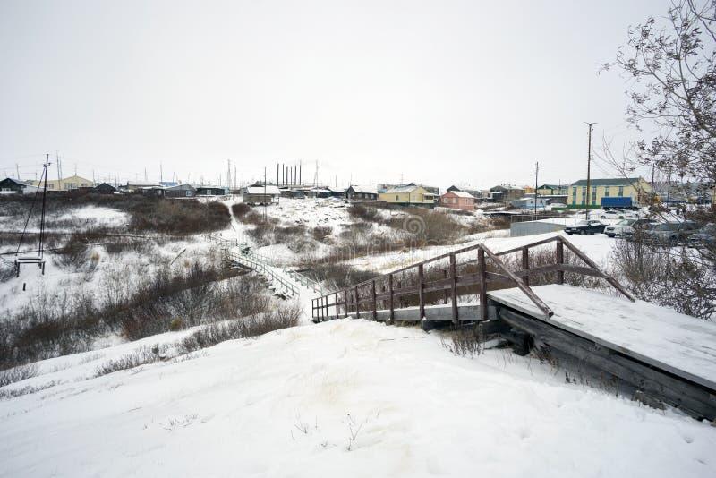 Hölzerner Bürgersteig im Dorf von Taz Yamal-Halbinsel stockfoto