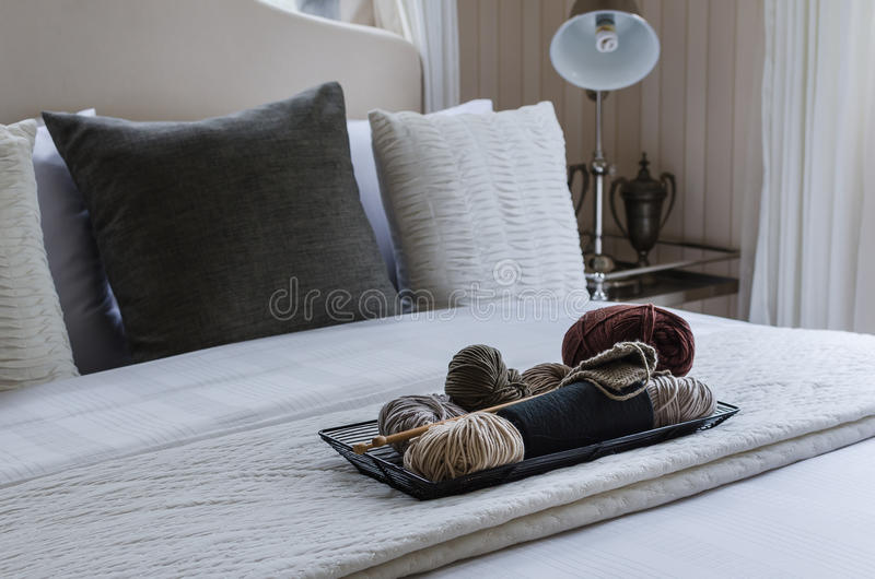 Hölzerner Behälter der Häkelarbeit auf Bett stockfotos