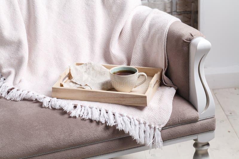 Hölzerner Behälter mit geschmackvollem Frühstück auf Bett stockbilder