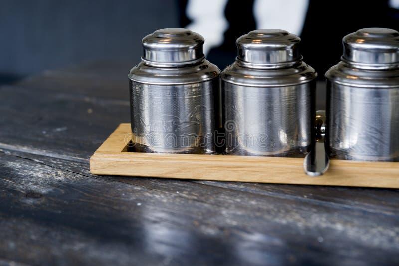 Hölzerner Behälter mit Metallteegläsern auf Tabelle lizenzfreies stockfoto
