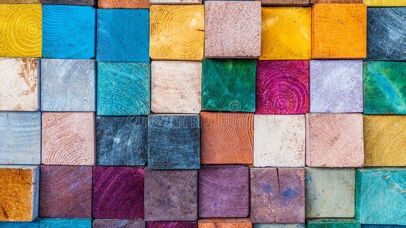 Hölzerner Beschaffenheitsblockstapel auf der Wand für Hintergrund, bunte hölzerne Beschaffenheit der Zusammenfassung stockbilder