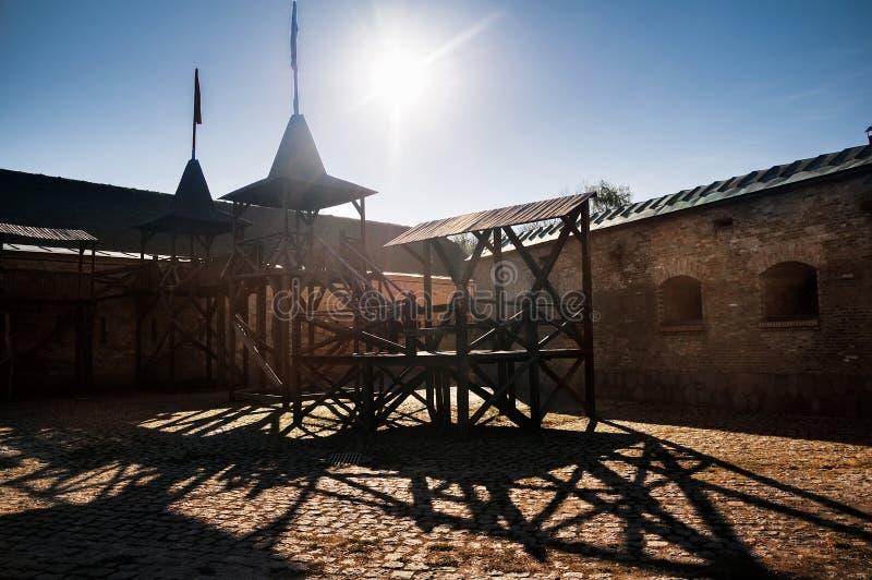 Hölzerner Betrachtenturm in der Festung Fotografieren im kontrovy Licht Kyiv, Ukraine lizenzfreie stockfotos
