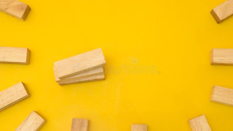 Hölzerner Block copyspace Gelbhintergrund lizenzfreie stockfotografie