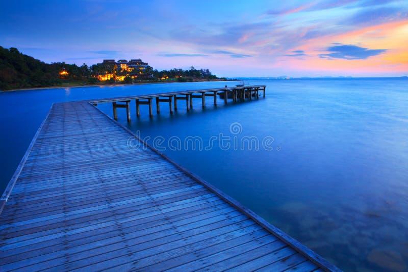Hölzerner Brückenpfeiler in blaues Meer zur Morgenzeit stockbilder