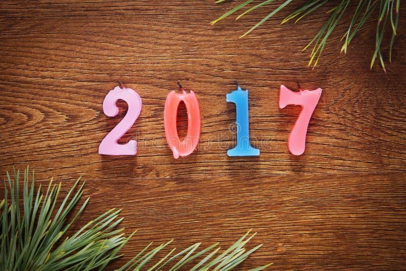 Hölzerner brauner Hintergrund über guten Rutsch ins Neue Jahr 2017 stockfotografie