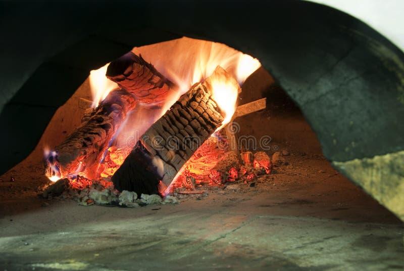 Hölzerner brennender Ofen lizenzfreies stockfoto
