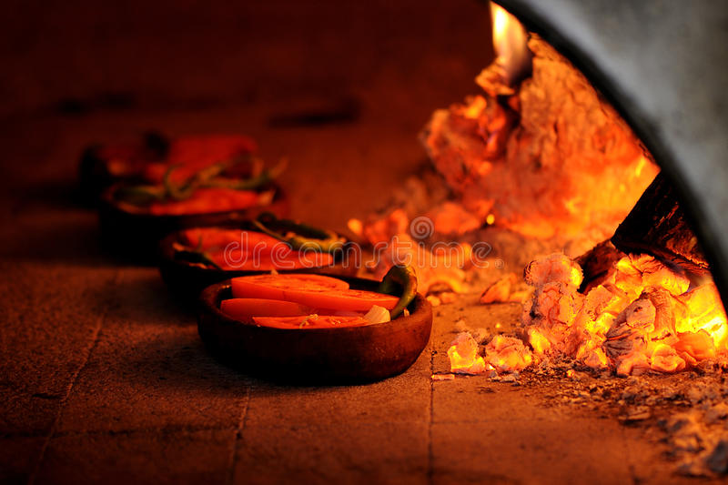 Hölzerner brennender Ofen stockfotografie