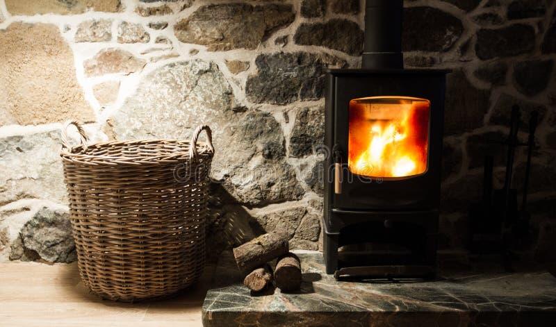 Hölzerner brennender Ofen und Kamin lizenzfreies stockbild