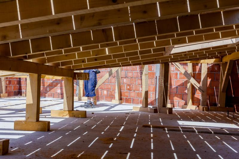 Hölzerner Dachboden im Bau, Baustelle lizenzfreies stockbild