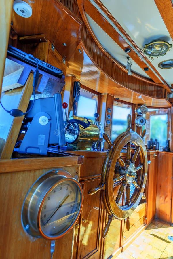 Hölzerner Deckhouse eines Seebootes mit einem Roten, alt, lackiert, mit lizenzfreie stockbilder
