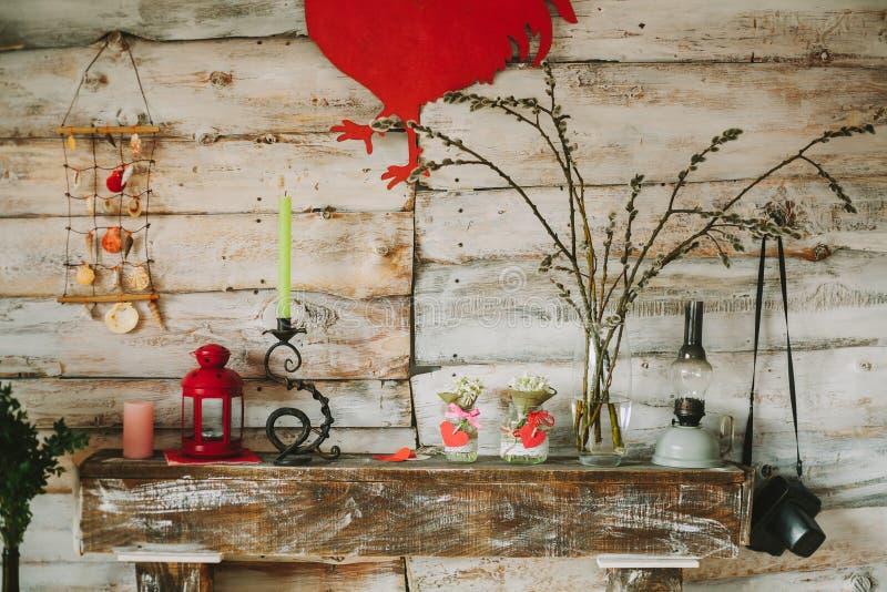 Hölzerner dekorativer Kamin, auf dem es Kerzen, Blumen gibt, stockfotos