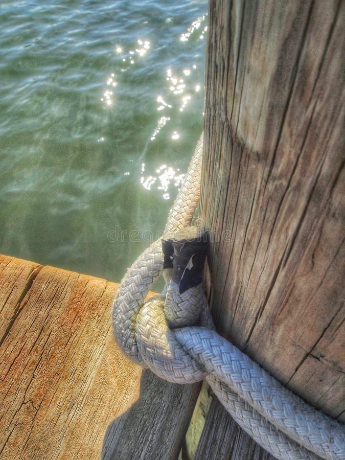 Hölzerner Dockliegeplatz mit Seil stockbilder