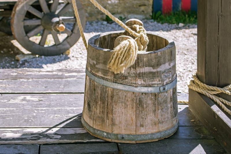 Hölzerner Eimer auf dem Brunnen lizenzfreie stockbilder