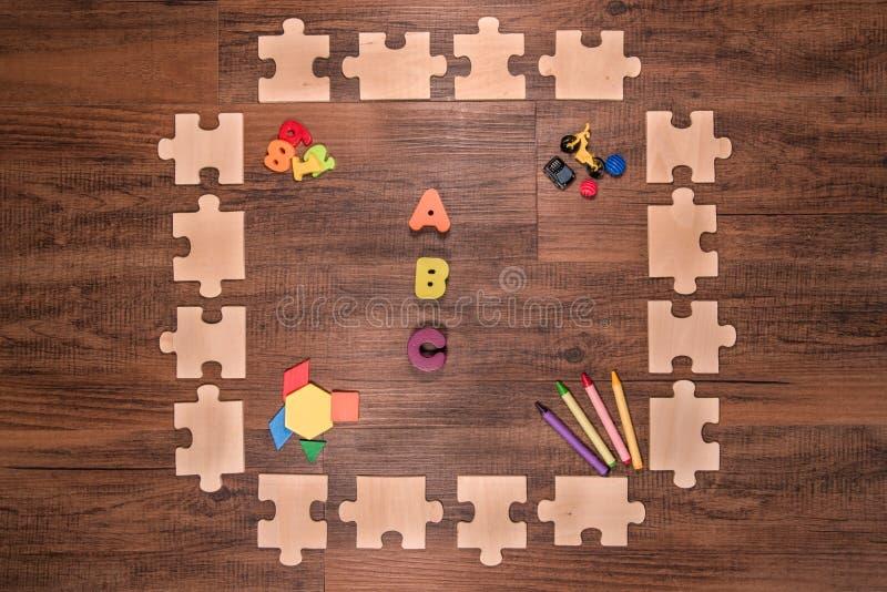 Hölzerner esrlylearning Puzzlespielrahmen stockfotos