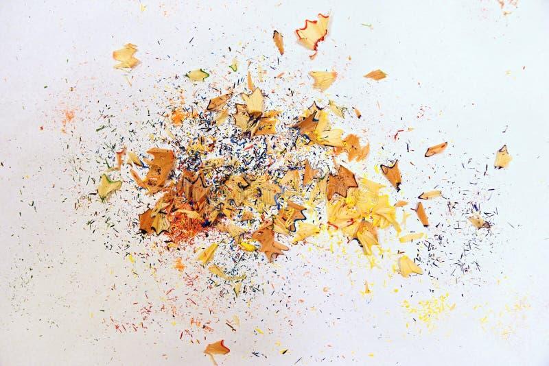 Hölzerner farbiger bleistiftspitzender Schnitzelstapel auf weißem Hintergrund lizenzfreies stockfoto