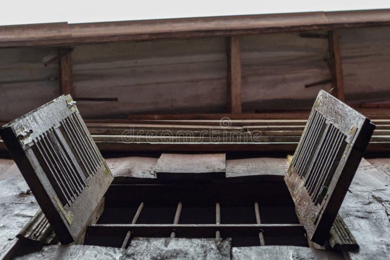 Hölzerner Fensterladen des Fensters Grungy Dorfhaus Altes Landschaftshausdetail Rustikale Architektur lizenzfreie stockfotografie