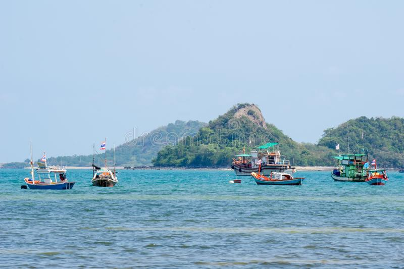 Hölzerner Fischerbootanker an der Flachwasserzone nahe einem Strand in Thailand stockbild