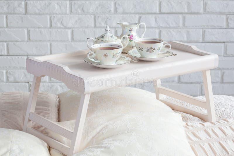 Hölzerner Frühstücksbehälter mit Teeservice stockfotografie