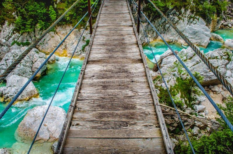 Hölzerner Fußgängerbrücken-Stegfluß Soca Slowenien, das persönlichen Perspektivengesichtspunkt pov des wilden Hintergrundes hängt stockbilder