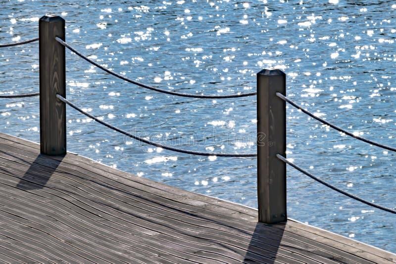 Hölzerner Fußweg entlang dem Meer mit dem Fechten mit einem Seil Ferner Osten lizenzfreie stockbilder