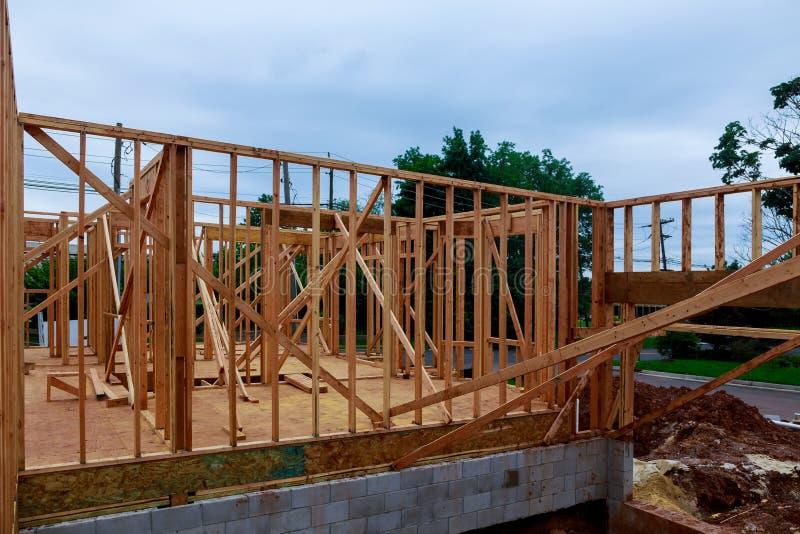 Hölzerner Gebäuderahmen am Mehrfamilienwohnungsbau-Standort stockbilder