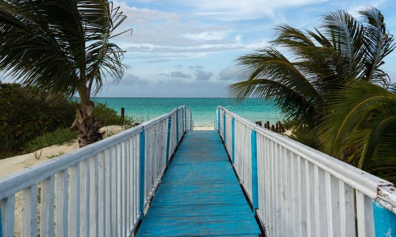 Hölzerner Gehweg auf dem leeren Strand der Insel Cayo Guillermo. lizenzfreies stockfoto