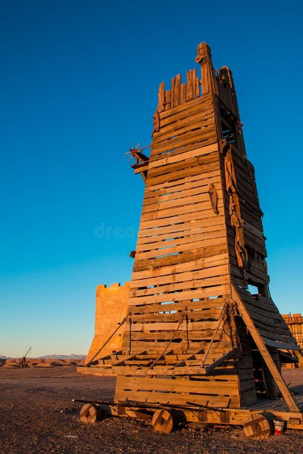 Hölzerner Glockenturm- oder Belagerungsturm wurde benutzt, um die Schlosswände in Angriff zu nehmen stockbilder