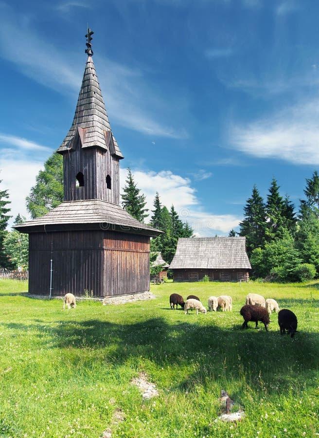 Hölzerner Glockenturm in Pribylina lizenzfreies stockbild
