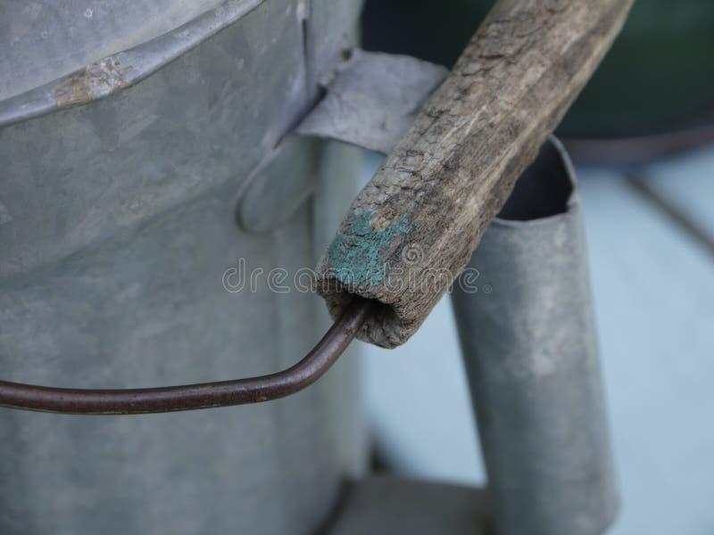Hölzerner Griff von altem Tin Watering Can lizenzfreies stockbild